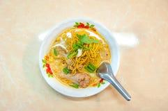 Frasiga nudlar för Chiang Mai specialitet med höna - khaosoigai Arkivfoton