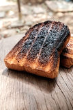 Frasiga och frasiga Over brända rostade bröd Arkivbild