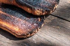 Frasiga och frasiga Over brända rostade bröd Fotografering för Bildbyråer