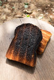 Frasiga och frasiga Over brända rostade bröd Royaltyfria Bilder