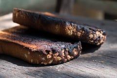Frasiga och frasiga Over brända rostade bröd Arkivfoto