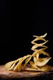 Frasiga potatischiper, läckert salt mellanmål på trä, närbild Royaltyfri Foto