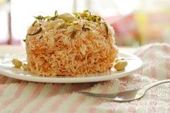 Frasiga stekte tunna risnudlar med kokosnöten lagar mat med grädde toppningjordnöten och skivar citronbladet på plattan arkivbilder