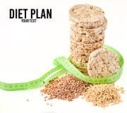 Frasigt runt diet-bröd för boveteriskondition som slås in med en linjal som isoleras på vit bakgrund Äta för att banta royaltyfria foton