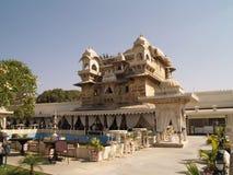 Frastagli il palazzo di Mandir in lago Pichola, Udaipur immagini stock libere da diritti