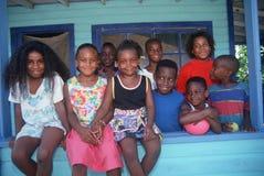 Fratelli afroamericani e sorelle sul loro portico anteriore immagini stock libere da diritti