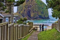 Fratelli alla spiaggia del cannone sulla costa dell'Oregon fotografia stock