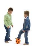 Fratelli che giocano gioco del calcio Fotografia Stock