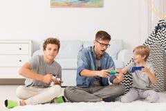 Fratelli che giocano i video giochi Fotografie Stock Libere da Diritti