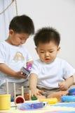 Fratelli che giocano insieme Fotografie Stock Libere da Diritti