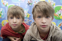 Fratelli di gemelli svegli felici otto anni immagini stock
