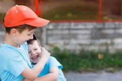 Fratelli felici ad all'aperto Fotografie Stock Libere da Diritti
