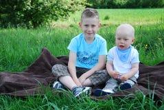 Fratelli felici all'aperto in estate immagine stock