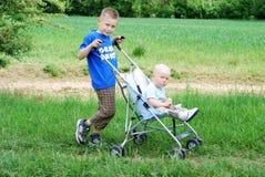 Fratelli felici all'aperto in estate immagini stock