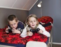 Fratelli germani che giocano i video giochi Fotografia Stock