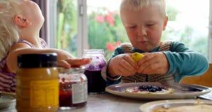 Fratelli germani che mangiano i pancake al tavolo da pranzo 4k archivi video