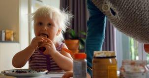 Fratelli germani che mangiano i pancake sul tavolo da pranzo 4k video d archivio