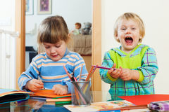 Fratelli germani felici che giocano con le matite Fotografia Stock Libera da Diritti