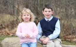 Fratelli germani felici dei bambini in giovane età (6) immagini stock libere da diritti