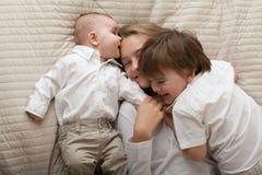Fratelli germani felici svegli che esprimono felicità immagine stock