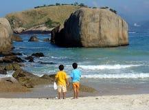 Fratelli nel proposito alla spiaggia Fotografie Stock