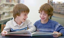 Fratello che legge un libro Immagine Stock
