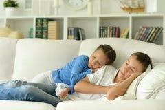 Fratello e sorella addormentati nella sala Immagini Stock