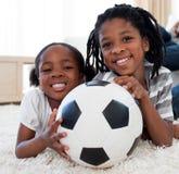 Fratello e sorella africani con una sfera di calcio Immagini Stock Libere da Diritti