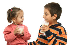 Fratello e sorella che bevono MI Fotografia Stock
