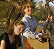 Fratello e sorella che giocano musica fotografia stock libera da diritti