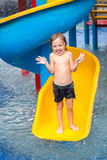 Fratello e sorella che giocano nella piscina Fotografia Stock