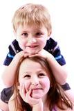 Fratello e sorella che hanno divertimento Immagini Stock Libere da Diritti