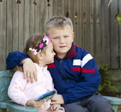Fratello e sorella che stringono a sé Fotografia Stock