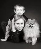 Fratello e sorella con un cane fotografia stock