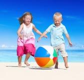 Fratello e sorella divertendosi sulla spiaggia Fotografie Stock Libere da Diritti