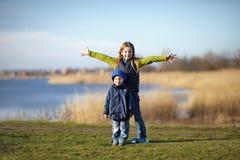 Fratello e sorella felici Fotografia Stock