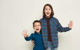 Fratello e sorella felici, fondo dello studio fotografia stock