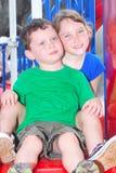Fratello e sorella sul campo da giuoco Fotografia Stock Libera da Diritti