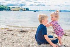 Fratello e sorella sulla spiaggia. fotografia stock libera da diritti