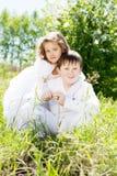 Fratello e sorella in un giardino sbocciante Immagini Stock