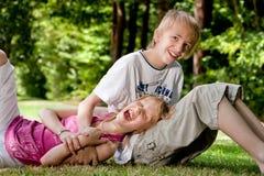 Fratello felice della sorella felice Fotografia Stock Libera da Diritti