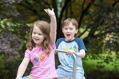 Fratello felice e sorella che giocano nel parco Fotografia Stock
