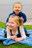 Fratello felice sulla parte posteriore della sorella Immagine Stock