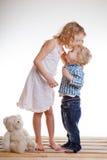 Fratello piccolo e sorella che giocano insieme in una stanza fotografia stock libera da diritti
