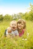 Fratello piccolo e sorella che giocano sulla natura Fotografie Stock