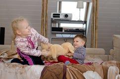 Fratello sveglio e sorella che hanno un conflitto Fotografie Stock