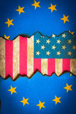 Frattura del fondo europeo della bandiera americana fotografia stock libera da diritti