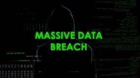 Frattura massiccia di dati, criminale professionale che copia con successo informazioni immagini stock
