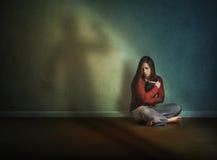 Frau ängstlich und allein Stockbilder