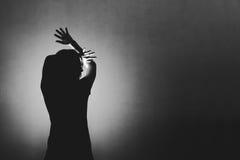Frau ängstlich von etwas, Gesicht und Kopf mit hellem beh umfassend Stockfotografie